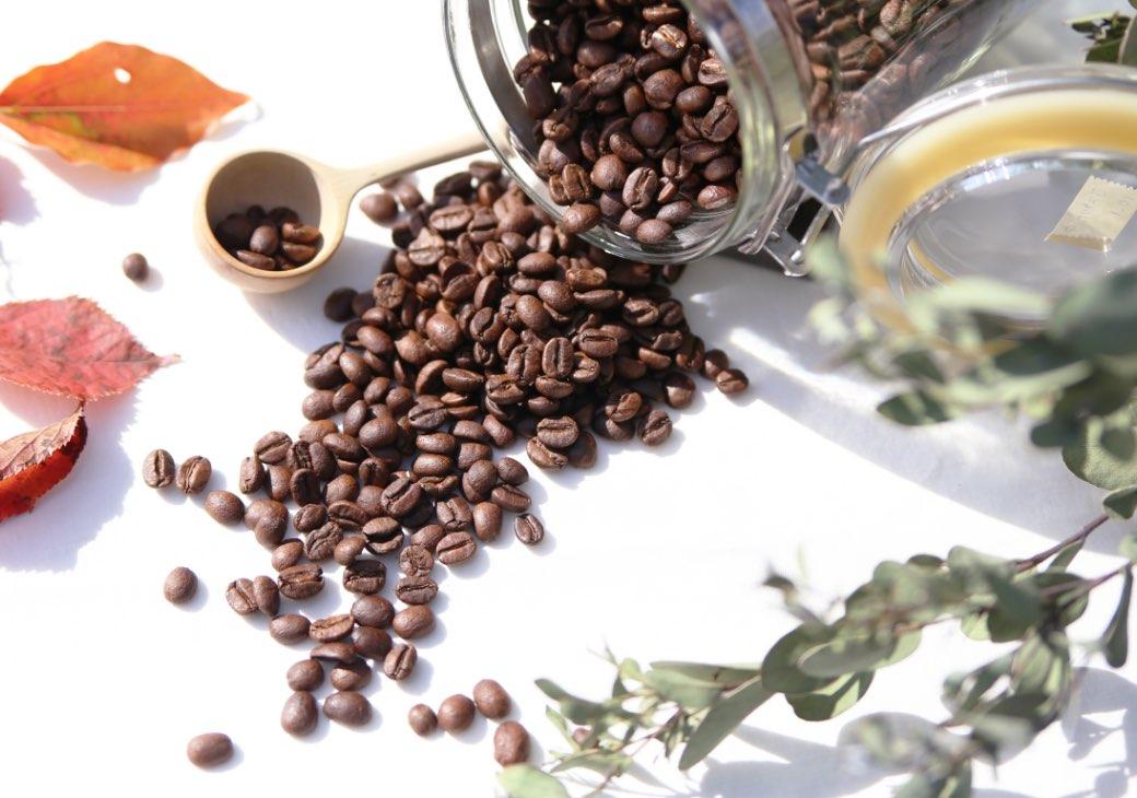コーヒー瓶とコーヒー豆
